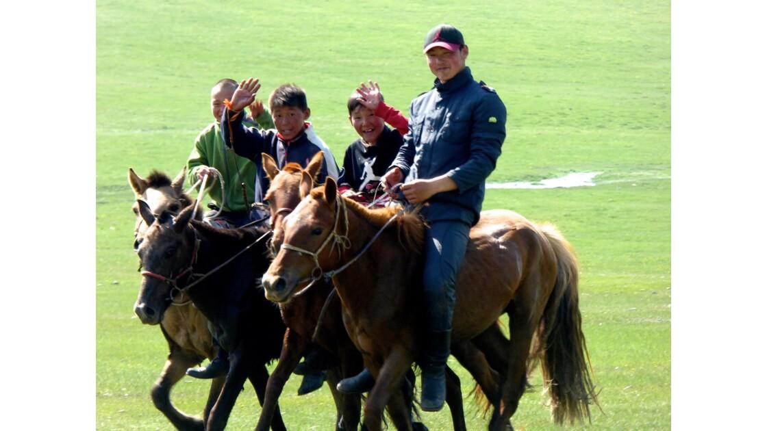 Dès le plus jeune âge, les mongols sont à l'aise sur leur monture !
