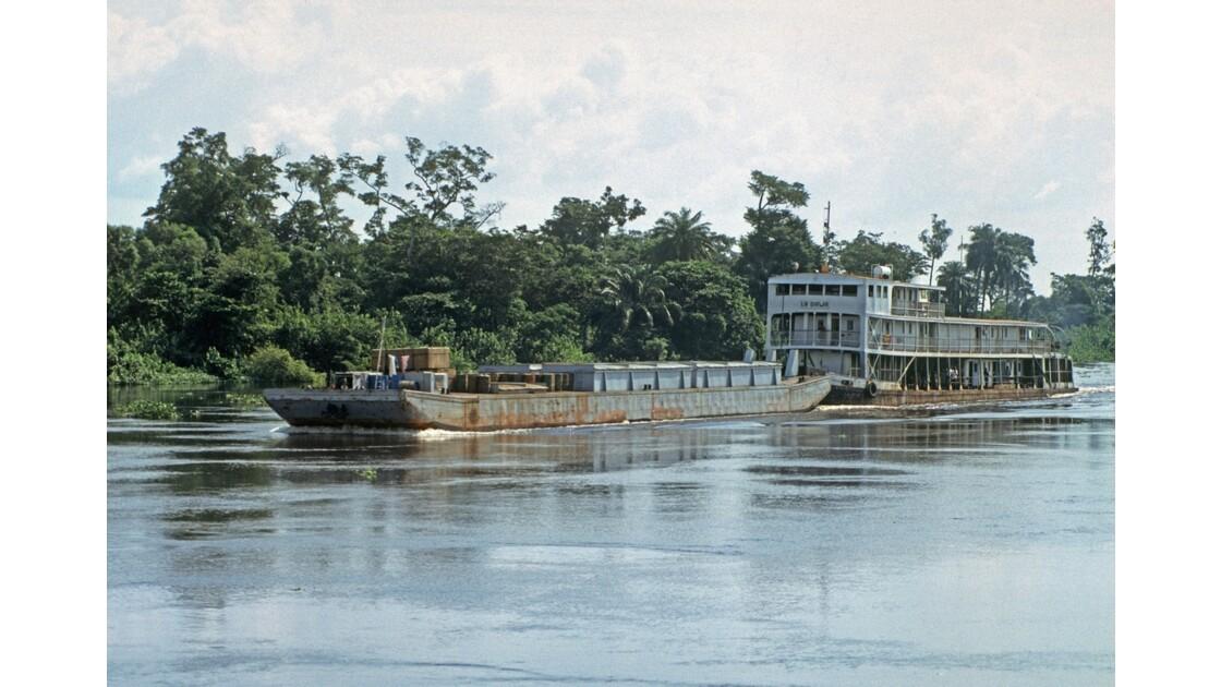 Congo 70 D'Impfondo à Brazzaville Pousseur sur l'Oubangui  2