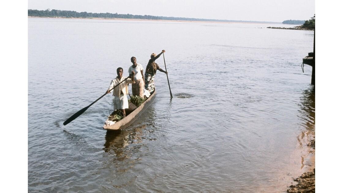 Congo 70 Impfondo Pirogue sur l'Oubangui 2