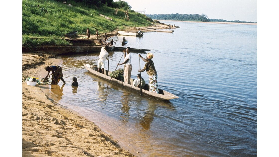 Congo 70 Impfondo Pirogue sur l'Oubangui 3