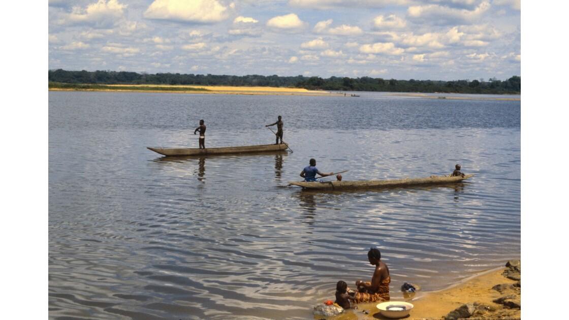 Congo 70 Impfondo Pirogues sur l'Oubangui 4