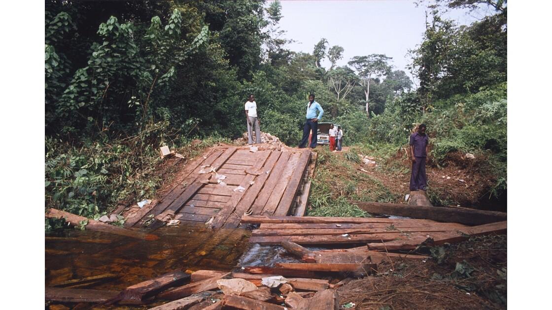Congo 70 Sangha pont brisé sur la piste entre Ouesso et Souanké 1