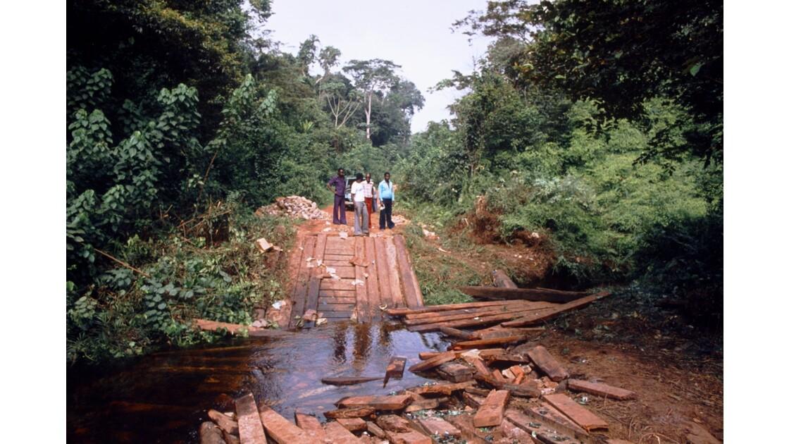 Congo 70 Sangha pont brisé sur la piste entre Ouesso et Souanké 2