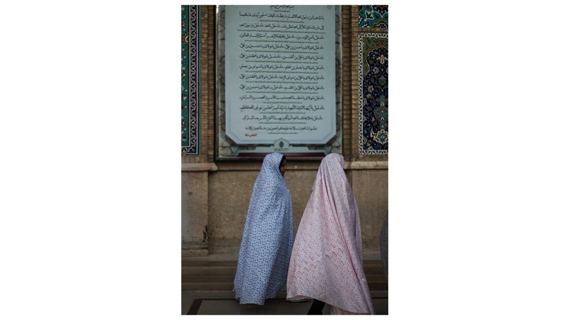 Jeunes filles allant à la mosquée