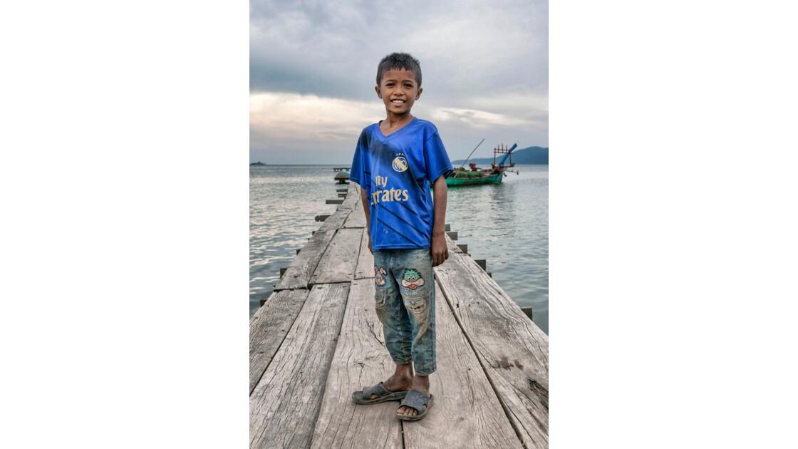 Jeune garçon d'un village de pécheur, Kep, Cambodge