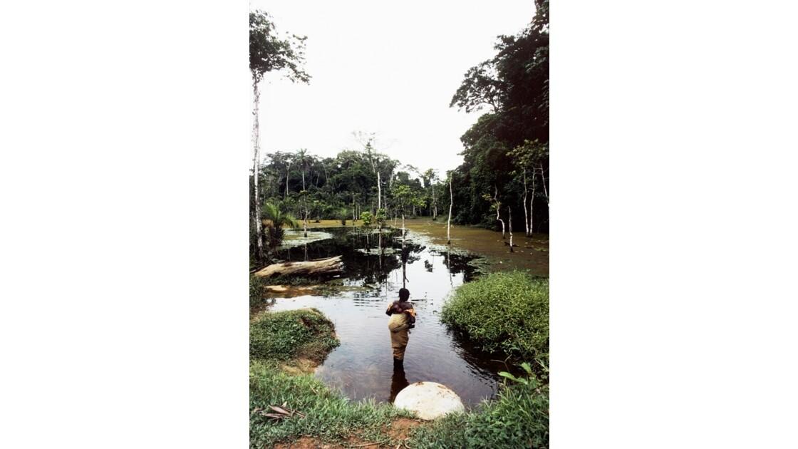 Congo 70  Autour de Sibiti  Marigot La femme à l'enfant 2