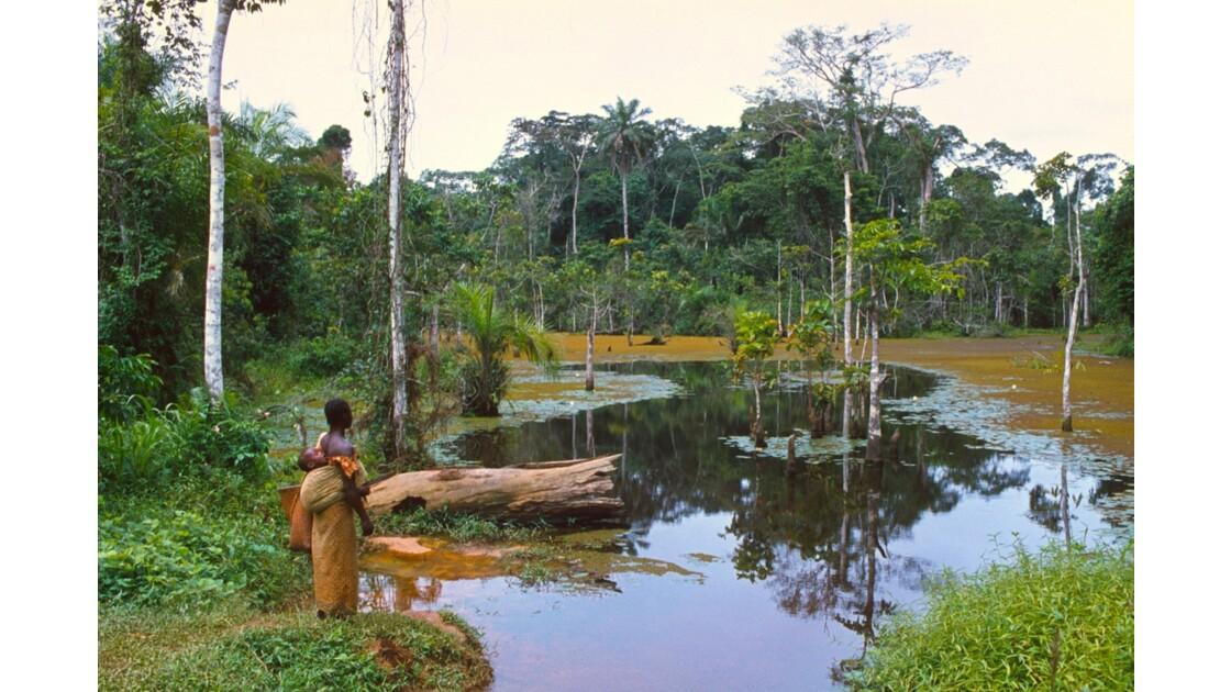 Congo 70  Autour de Sibiti  Marigot La femme à l'enfant 3