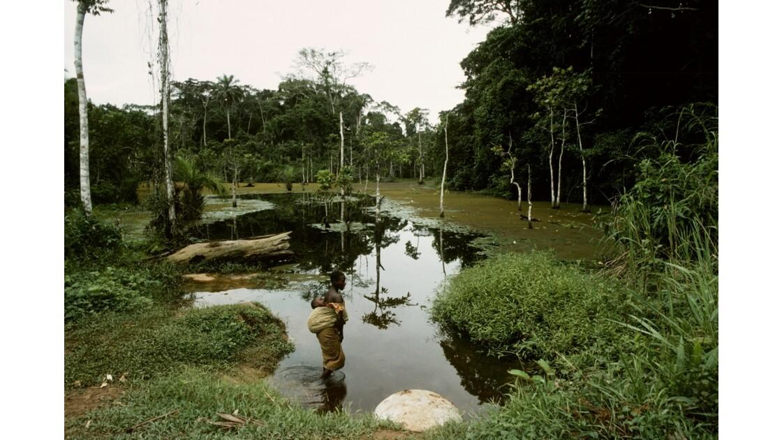 Congo 70  Autour de Sibiti  Marigot La femme à l'enfant 5