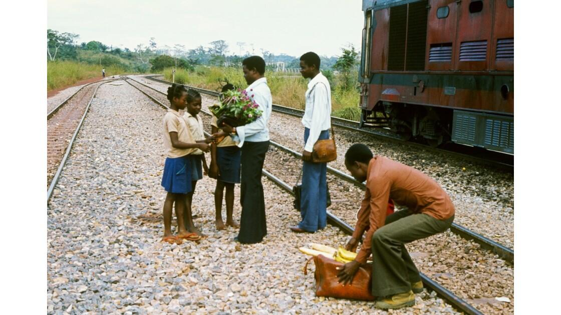 Congo 70 Accueil des élèves en gare de Boudianga 1