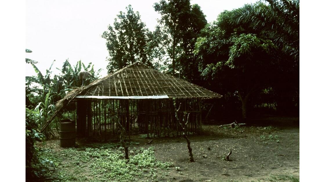 Congo 70  Plateaux Téké Construction d'une case 4