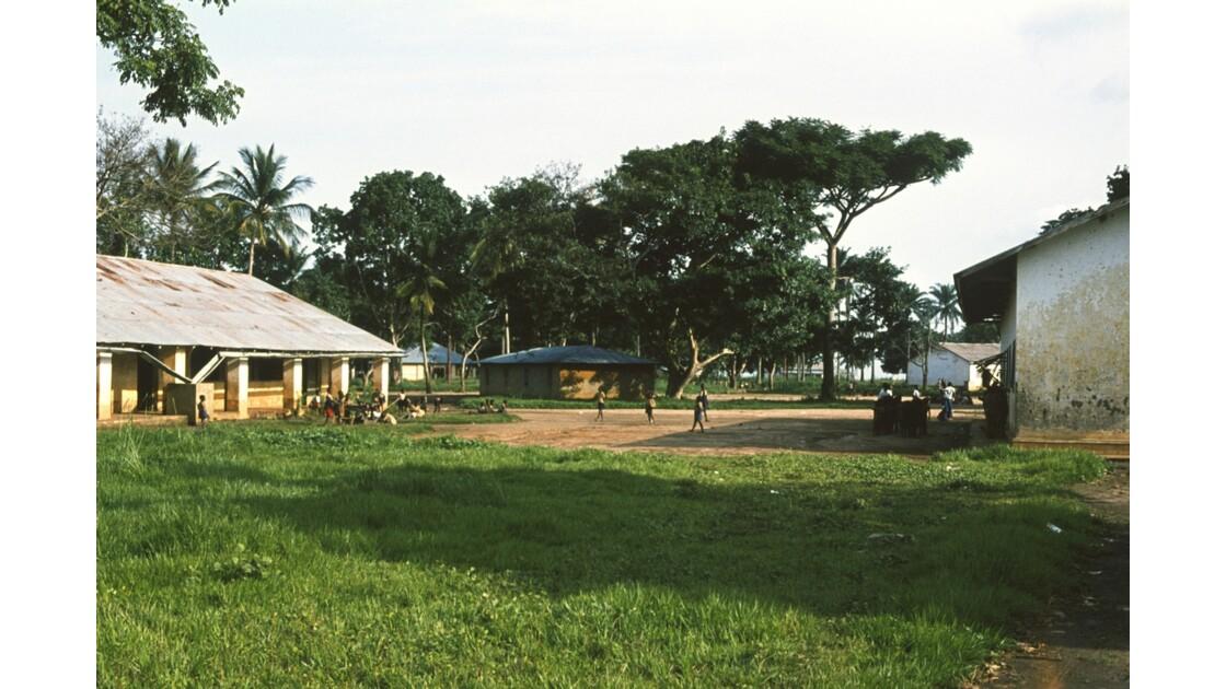 Congo 70  Plateaux Téké Une école de Lékana 2