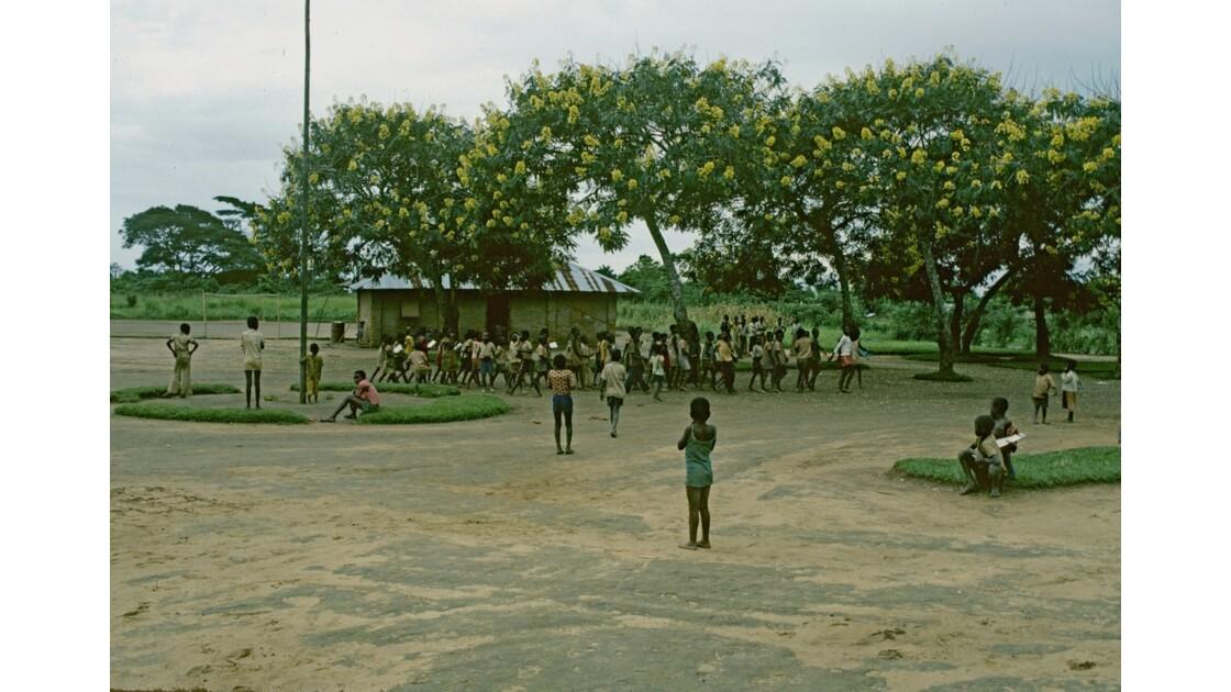 Congo 70  Plateaux Téké Une école de Lékana 3