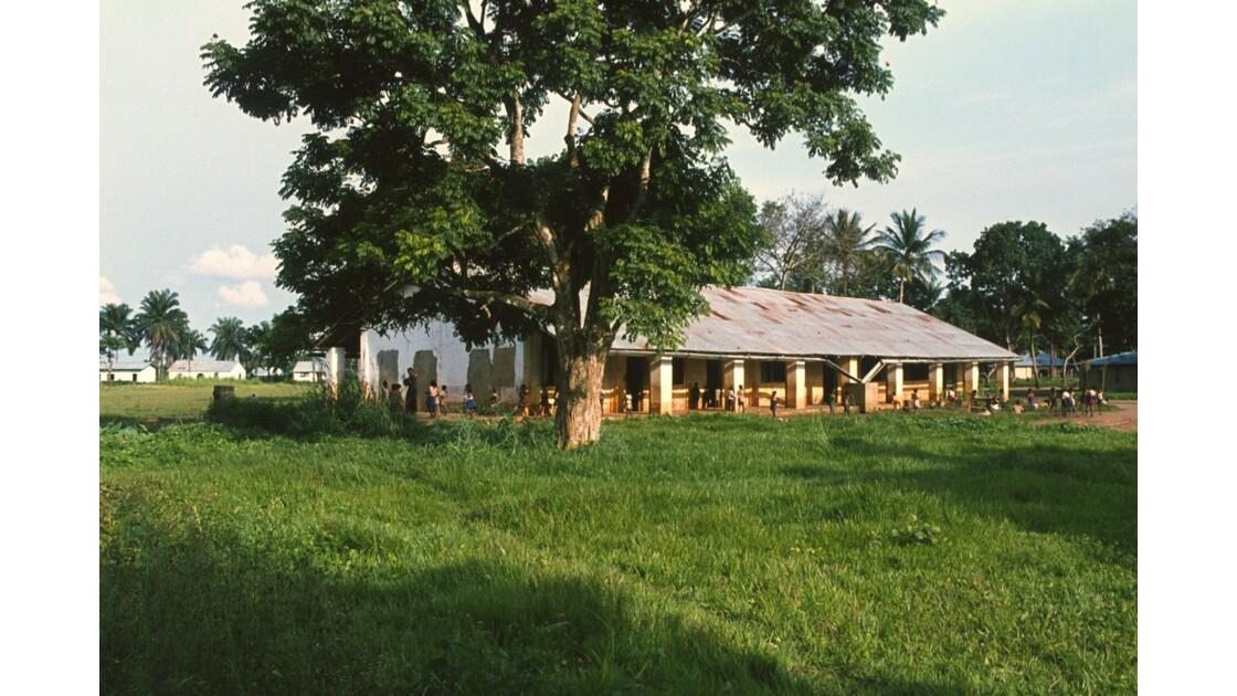 Congo 70  Plateaux Téké Une école de Lékana 4