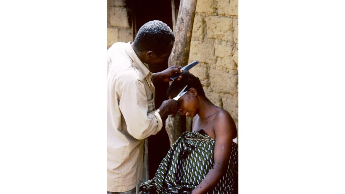 Congo 70  Village Téké Chez le coiffeur 1