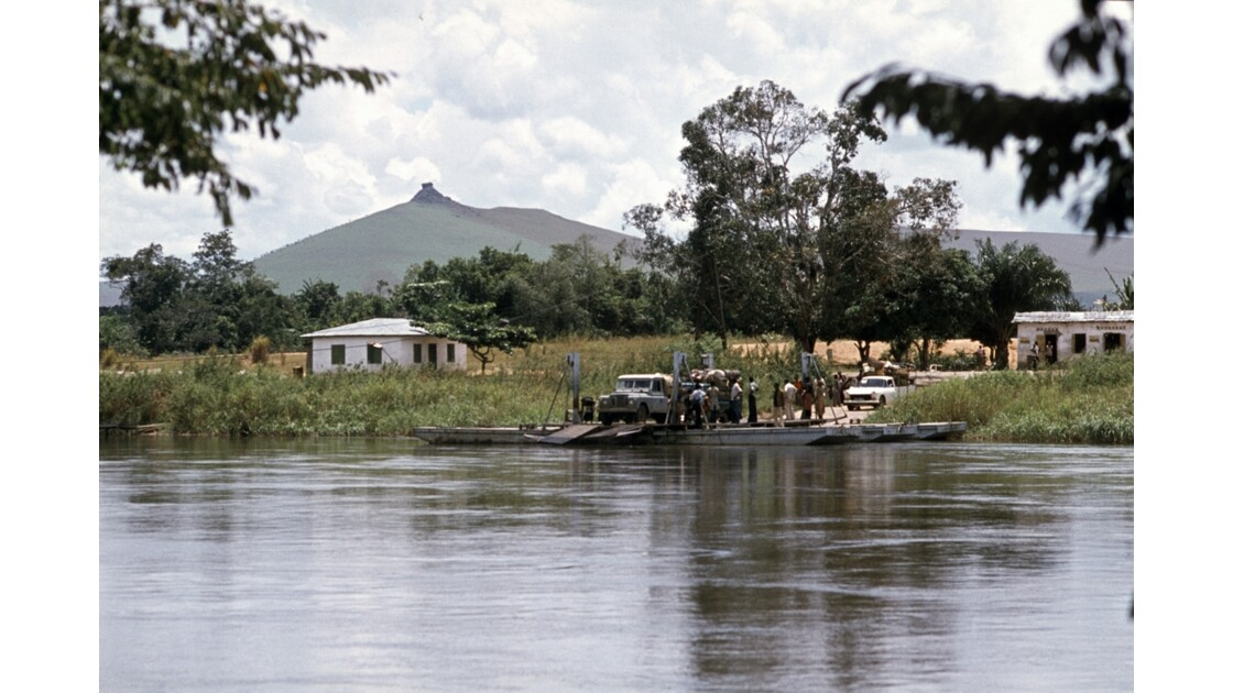 Congo 70 Route du nord Bac sur la Léfini 3