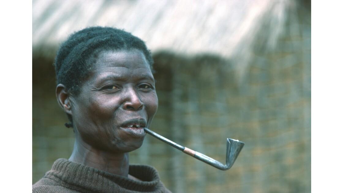 Congo 70  Plateaux Téké femme à la pipe 2
