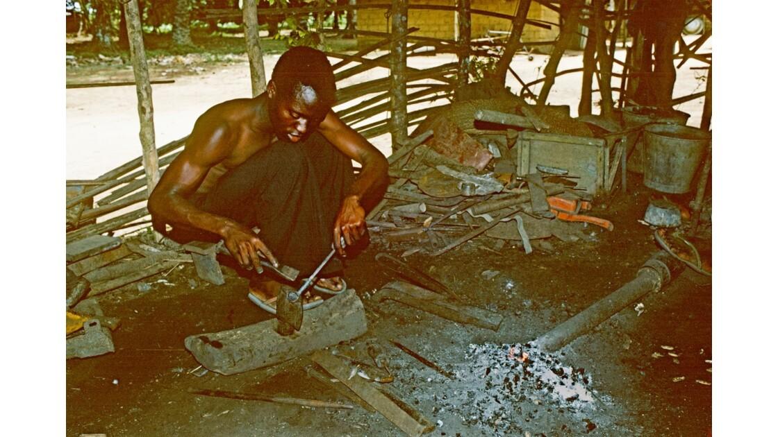 Congo 70  Plateaux Téké le forgeron 2