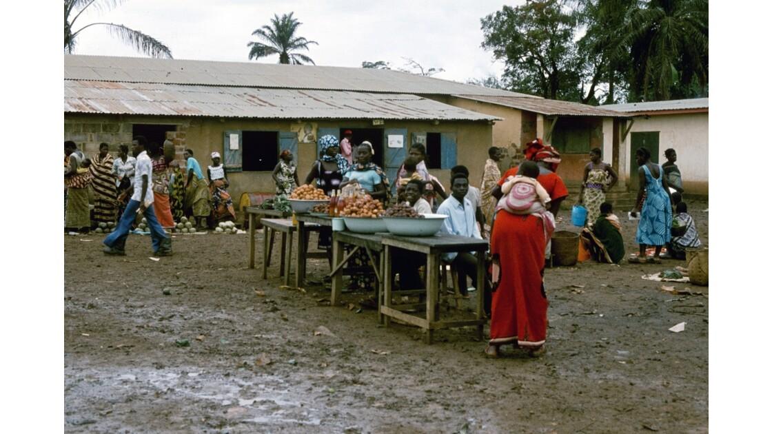 Congo 70  Plateaux Téké Le marché de Lékana 1