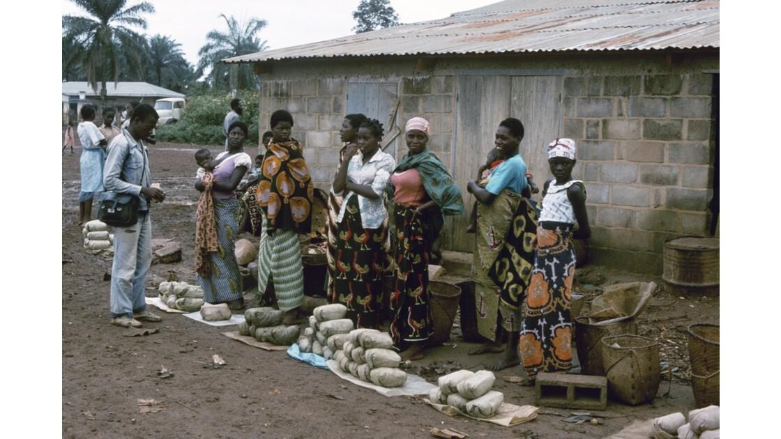Congo 70  Plateaux Téké Le marché de Lékana 2