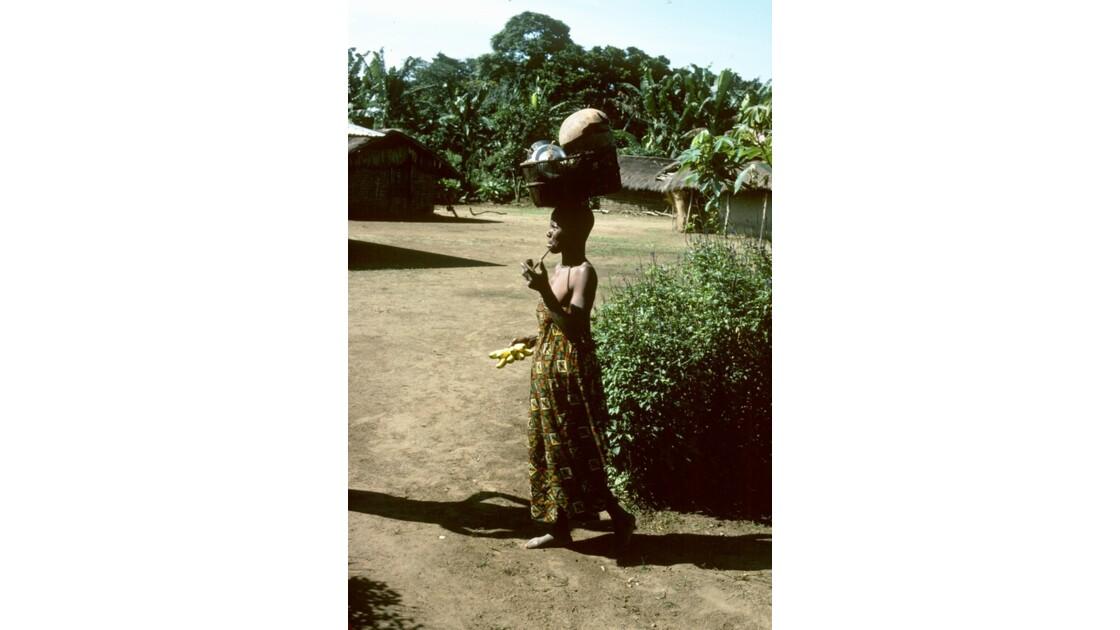 Congo 70  Plateaux Téké retour au village 1