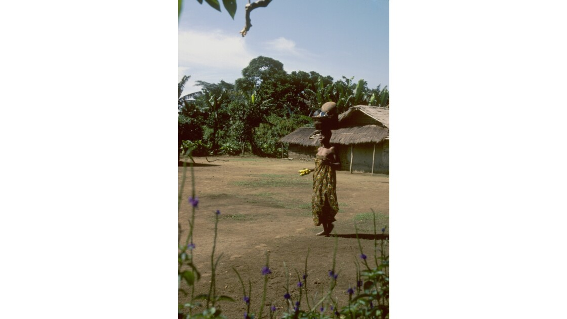 Congo 70  Plateaux Téké retour au village 2
