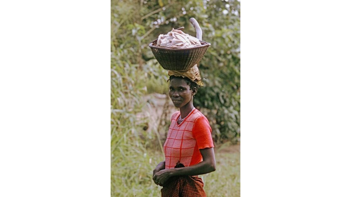 Congo 70  Plateaux Téké retour au village  3