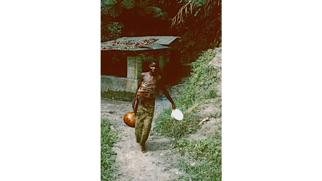 Congo 70  Plateaux Téké portage d'eau à Kébara 1