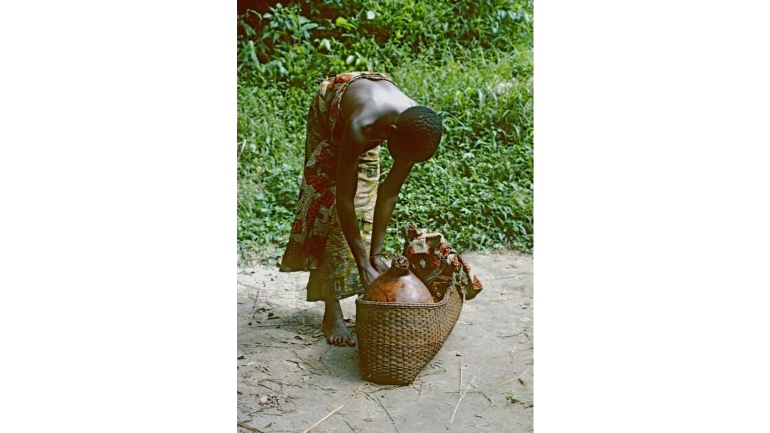 Congo 70  Plateaux Téké portage d'eau à Kébara 2