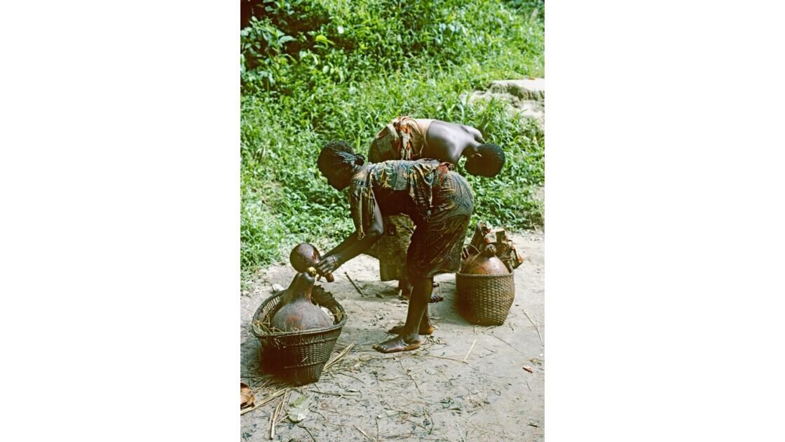 Congo 70  Plateaux Téké portage d'eau à Kébara 5