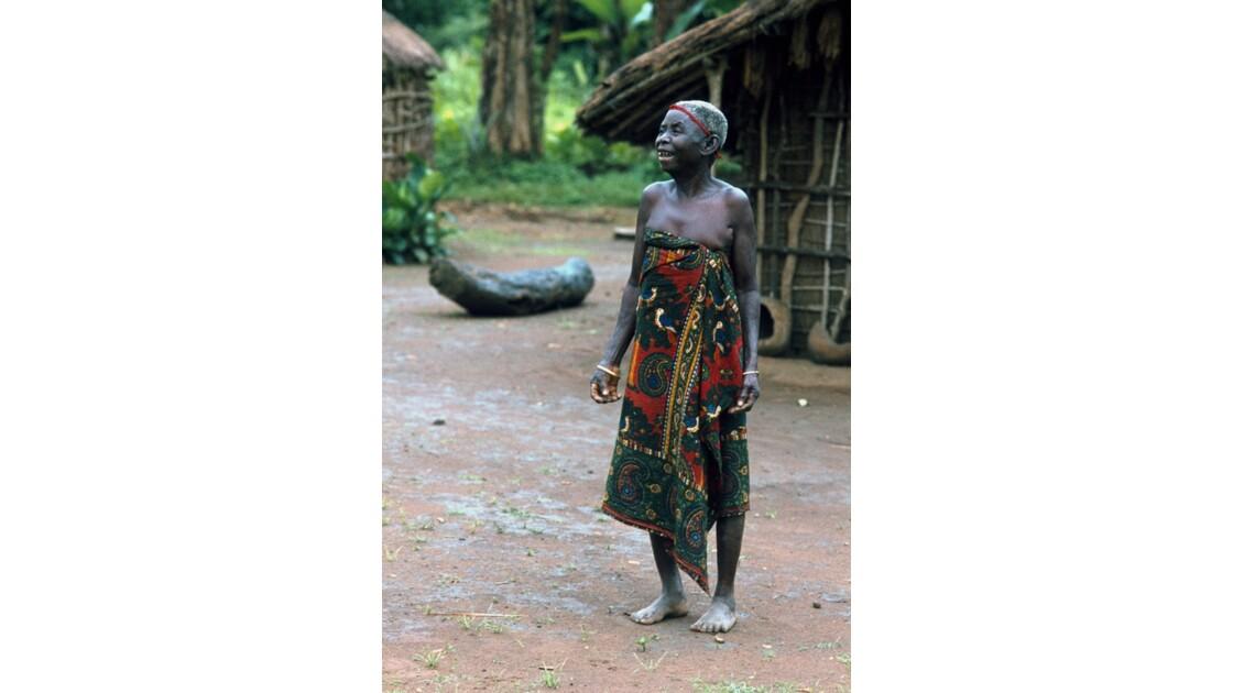 Congo 70 Villageoise entre Djambala et Lékana 12