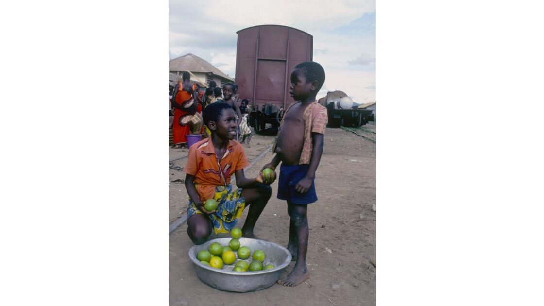Congo 70 Petits vendeurs en gare de Loutété