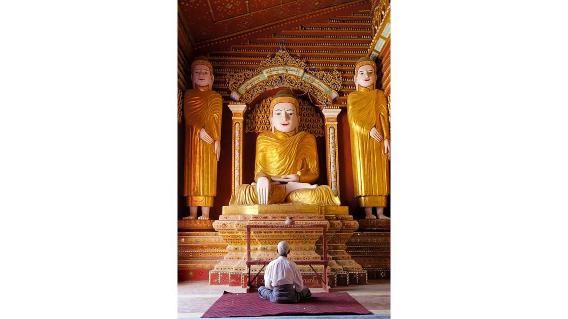 Prières d'un dévo dans un temple