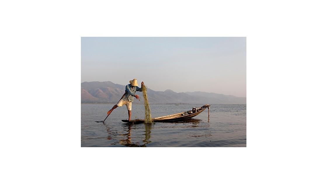 Pêcheur sur le lacd Ile Birmanie