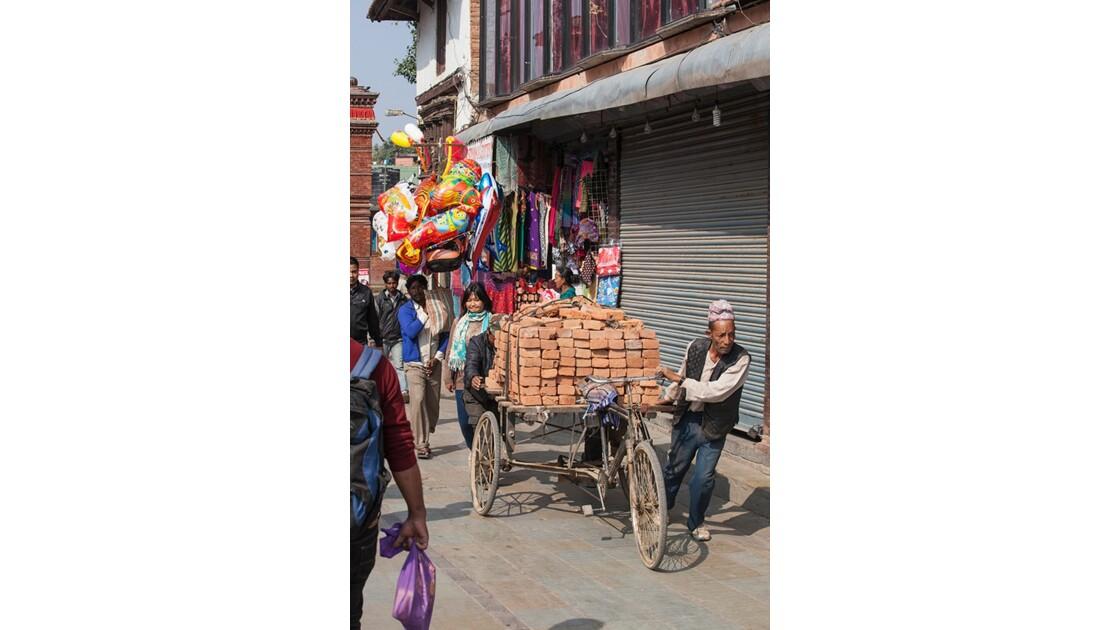 Circulation dans les ruelles de Katmandou