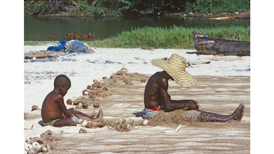 Congo 70 Baie de Loango réparation des filets 1