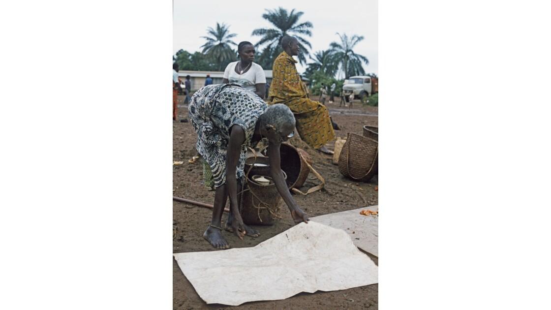 Congo 70 Ouesso Installation au marché 1