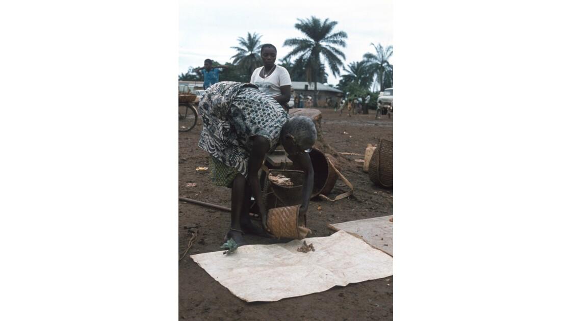Congo 70 Ouesso Installation au marché 2