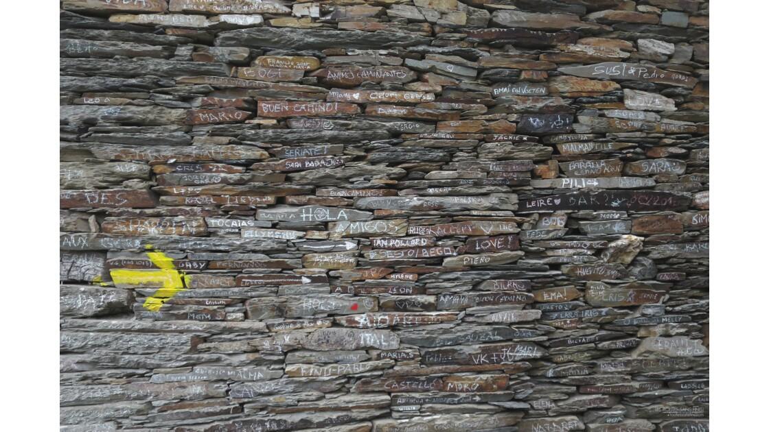 Un mur, un millier de noms.