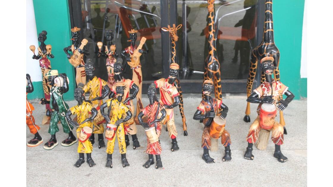 Statues en bois et moto.