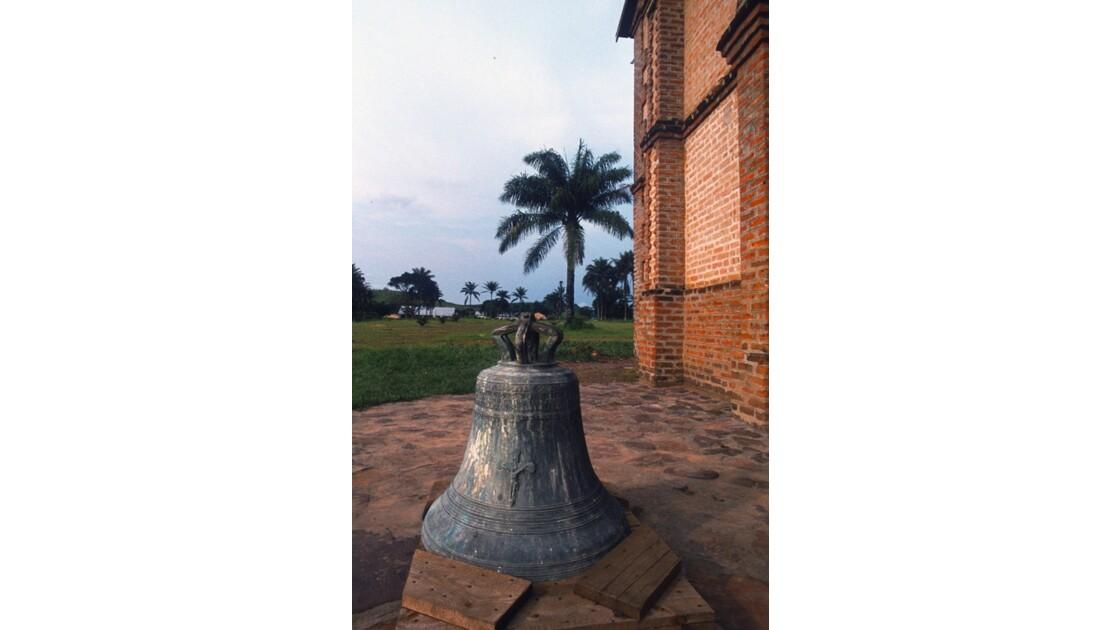 Congo 70 Mission de Kibouendé la cloche de l'église 1