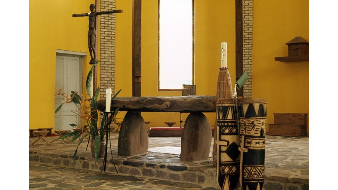 Congo 70 Mission de Kibouendé l'autel de l'église 1