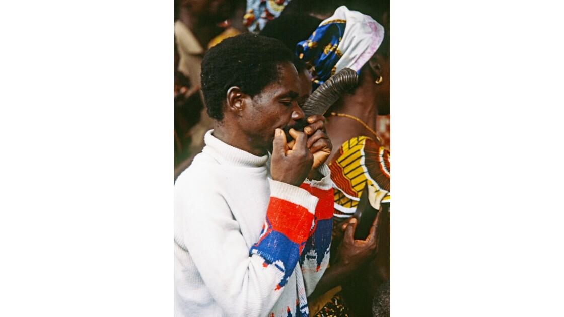 Congo 70 Noël à Kibouendé le joueur de corne