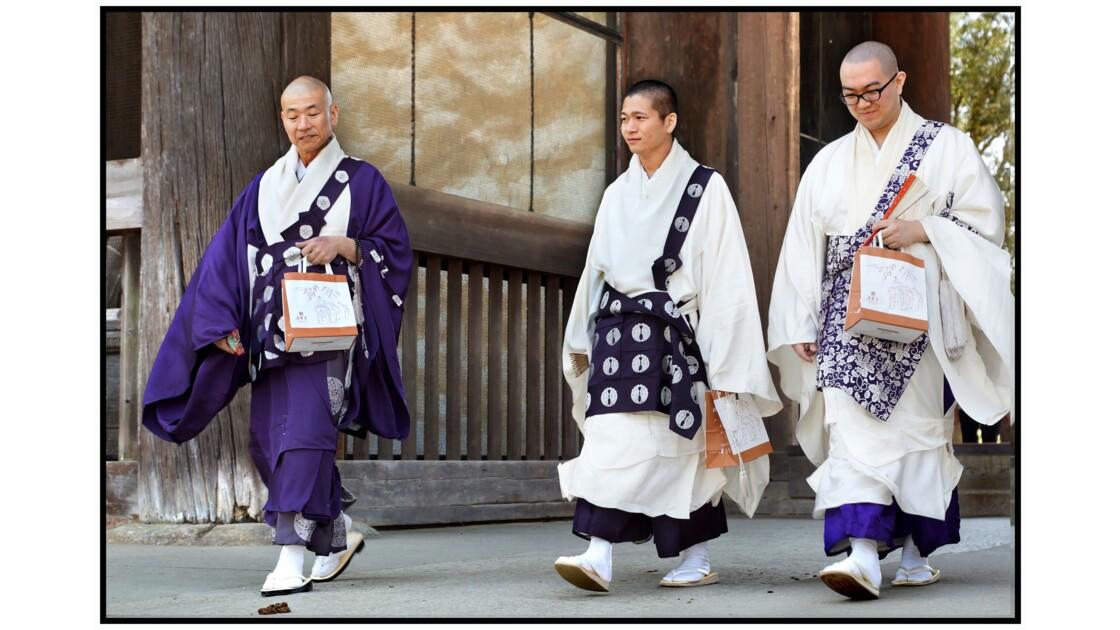 Nara - Tōdai-ji - Moines bouddhistes au Nandai-mon