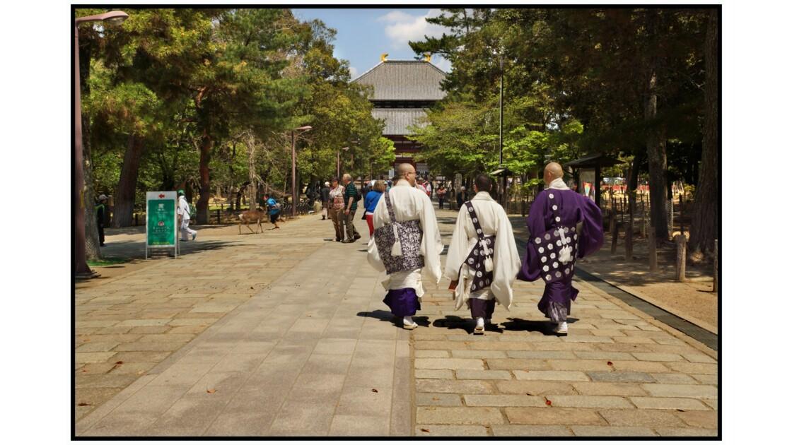 Nara - Tōdai-ji - Moines bouddhistes vers le Chū-mon