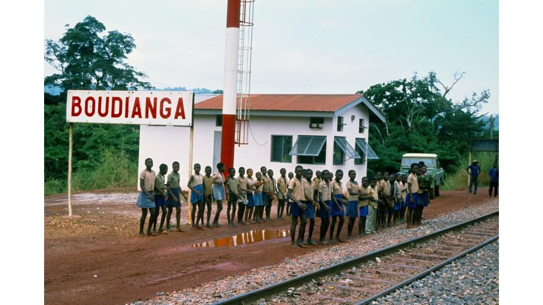 Congo 70 Ecoliers sur la gare de Boudianga