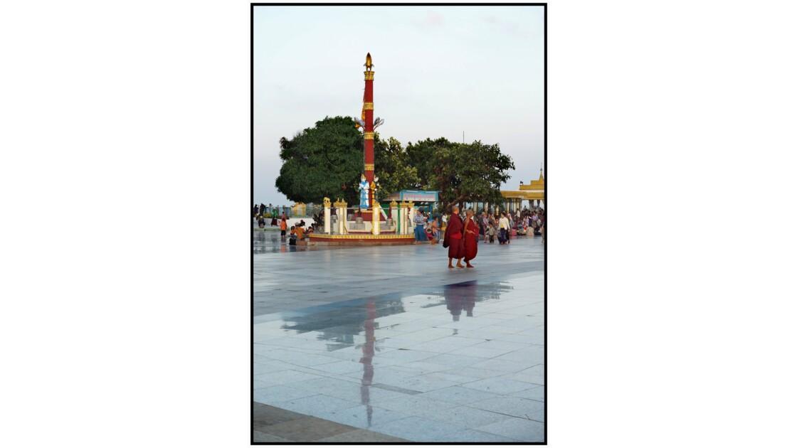 Kyaik Hti Yo - Activité matinale sur la terrasse de la Pagode