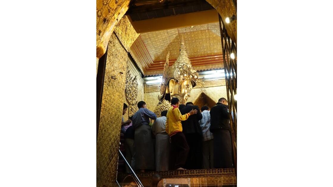 Myanmar Mandalay pagode Mahamuni Autour  du Bouddha 1