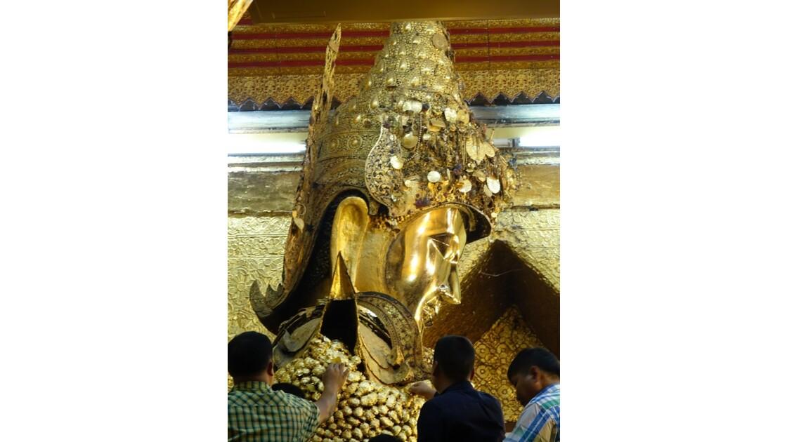 Myanmar Mandalay pagode Mahamuni Autour  du Bouddha 3
