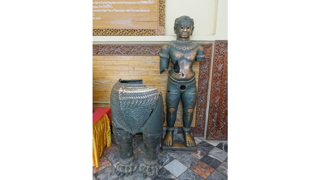 Myanmar Mandalay pagode Mahamuni Statues kmères Lion et dvarapala