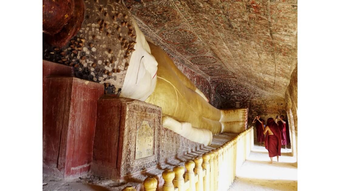 Myanmar Po Win Taung Bouddha allongé, peintures de style Nyaung Yan et bonzes
